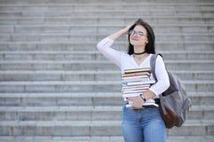 Estudiante en la calle con los libros Imagenes de archivo