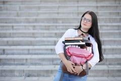 Estudiante en la calle con los libros Imagen de archivo