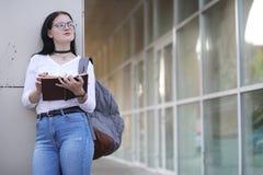 Estudiante en la calle con los libros Imágenes de archivo libres de regalías