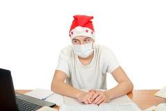 Estudiante en la máscara del sombrero y de la gripe de santa Foto de archivo libre de regalías