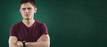 Estudiante en la pizarra verde Foto de archivo libre de regalías