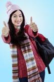 Estudiante en la ropa del invierno que muestra los pulgares-para arriba Fotos de archivo libres de regalías