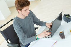 Estudiante en la silla de ruedas que hace la preparación Fotografía de archivo libre de regalías