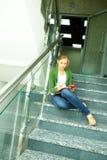 Estudiante en las escaleras Foto de archivo libre de regalías