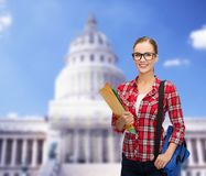 Estudiante en lentes con el bolso y las carpetas Imagen de archivo libre de regalías