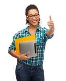 Estudiante en lentes con las carpetas y PC de la tableta Imagenes de archivo