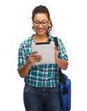 Estudiante en lentes con PC y el bolso de la tableta Imágenes de archivo libres de regalías