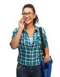 Estudiante en lentes con smartphone y el bolso Imagen de archivo libre de regalías