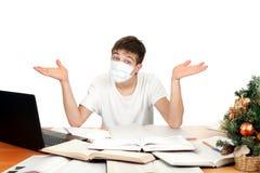 Estudiante en máscara de la gripe Fotografía de archivo