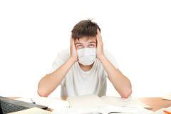 Estudiante en máscara de la gripe Fotos de archivo libres de regalías