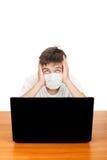 Estudiante en máscara de la gripe Foto de archivo libre de regalías