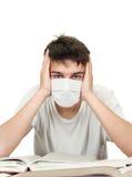 Estudiante en máscara de la gripe Foto de archivo