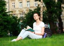 Estudiante en parque de la ciudad con el libro Imágenes de archivo libres de regalías