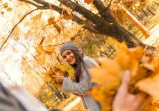 Estudiante en parque del otoño Fotografía de archivo