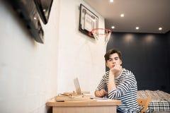 Estudiante en sitio del dormitorio Imagenes de archivo