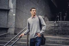 Estudiante en tejanos y chaqueta gris Fotografía de archivo libre de regalías