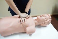 Estudiante en un entrenamiento para hacer la resucitaci?n cardiopulmonar imagen de archivo