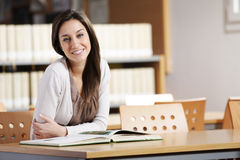 Estudiante en una biblioteca Imagen de archivo