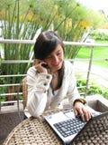 Estudiante en una computadora portátil Foto de archivo libre de regalías