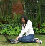 Estudiante en una computadora portátil Foto de archivo
