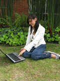 Estudiante en una computadora portátil Imagen de archivo libre de regalías