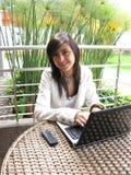Estudiante en una computadora portátil Imagen de archivo