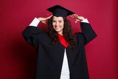 Estudiante en vestido de la graduación Imagenes de archivo