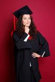 Estudiante en vestido de la graduación Foto de archivo libre de regalías