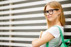 Estudiante en vidrios en la cerca de madera Fotos de archivo