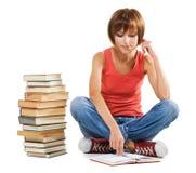 Estudiante encantador con una pila de libros Fotografía de archivo
