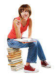 Estudiante encantador con una pila de libros Imagenes de archivo