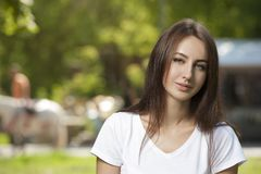 Estudiante encantador Girl Sitting en hierba verde foto de archivo libre de regalías