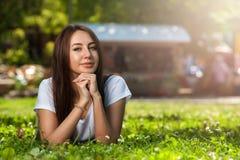 Estudiante encantador Girl Sitting en hierba verde imagen de archivo libre de regalías