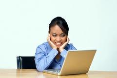 Estudiante enojado con la computadora portátil - horizontal Fotografía de archivo