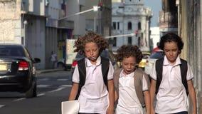 Estudiante enojado Walking On Windy Urban Sidewalk metrajes