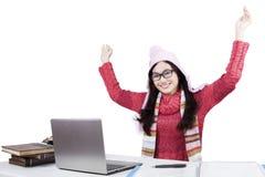 Estudiante feliz con el ordenador portátil y el suéter Imagen de archivo