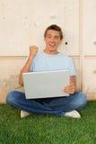 Estudiante feliz con la computadora portátil Fotos de archivo libres de regalías