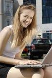 Estudiante feliz con la computadora portátil Fotografía de archivo libre de regalías