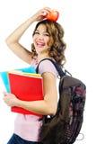Estudiante feliz con la manzana roja sobre su cabeza aislada en w Fotos de archivo