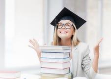 Estudiante feliz en casquillo de la graduación Foto de archivo libre de regalías