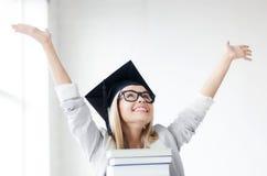 Estudiante feliz en casquillo de la graduación Fotos de archivo