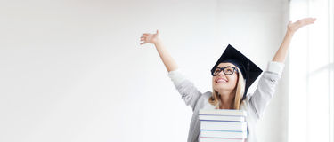 Estudiante feliz en casquillo de la graduación Foto de archivo