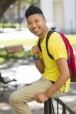 Estudiante feliz que cuelga hacia fuera en campus Fotos de archivo