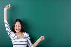 Estudiante feliz que estira sus brazos para arriba Imagen de archivo