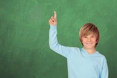 Estudiante feliz que pide hablar en la clase Fotos de archivo libres de regalías