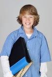 Estudiante feliz que sostiene un libro imagen de archivo libre de regalías