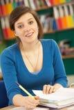Estudiante femenino adolescente en sala de clase Imagen de archivo libre de regalías
