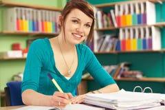Estudiante femenino adolescente en sala de clase Fotos de archivo libres de regalías