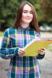 Estudiante femenino al aire libre Imagen de archivo