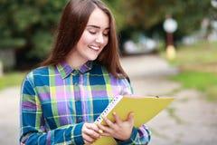 Estudiante femenino al aire libre Imagenes de archivo